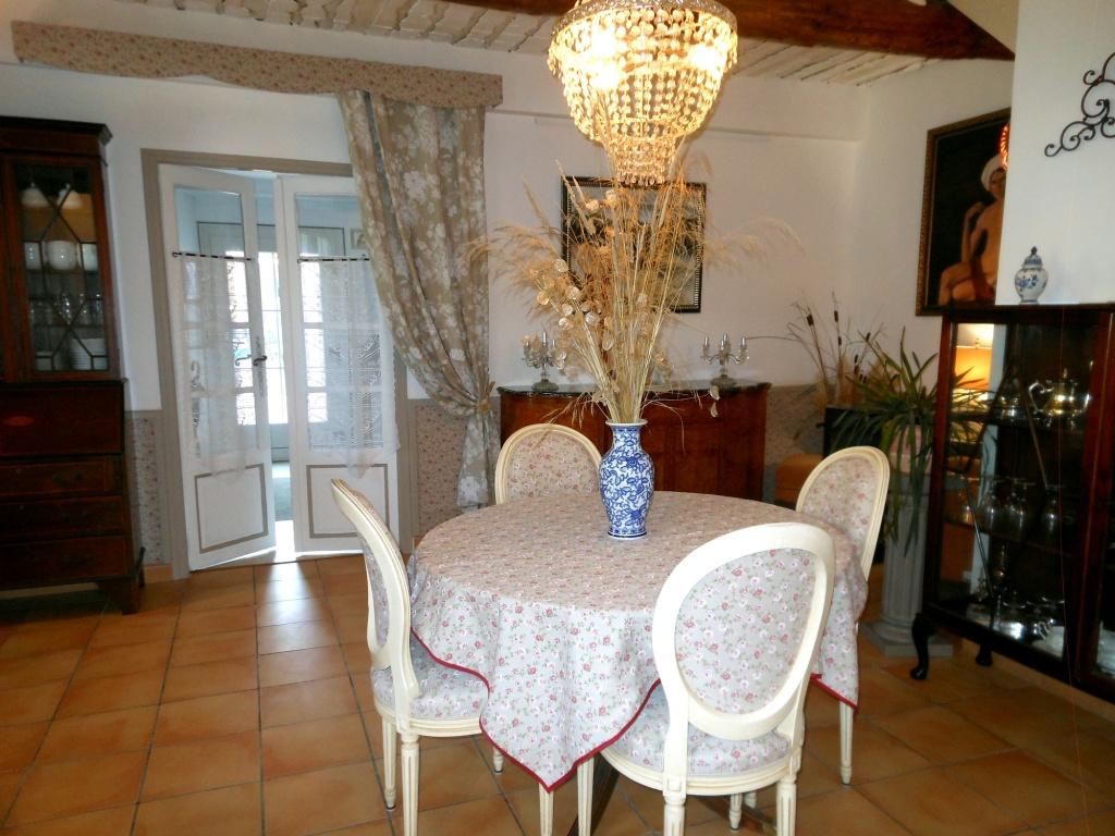 La table centrale de la salle à manger pour la table d'hôtes